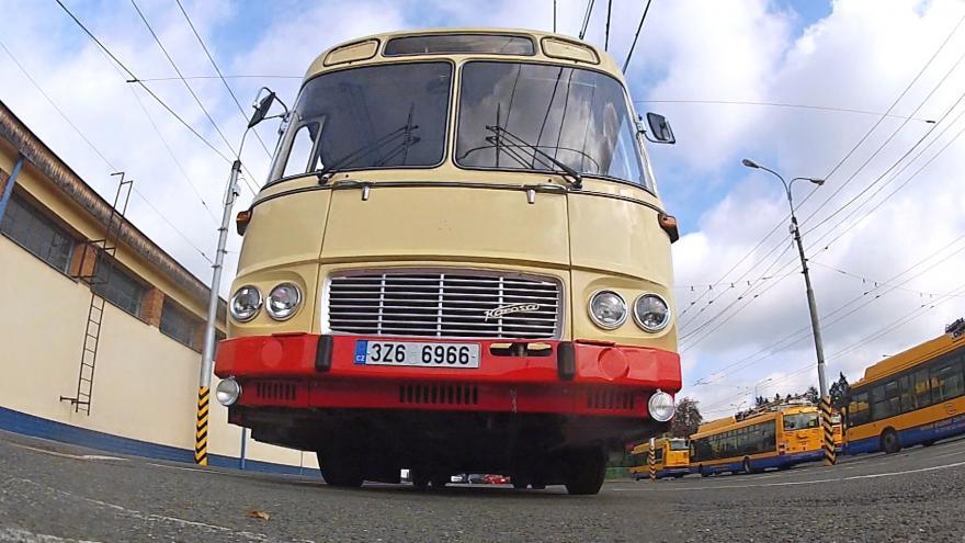 Video Podobné autobusy jezdily Zlínem před 30 lety