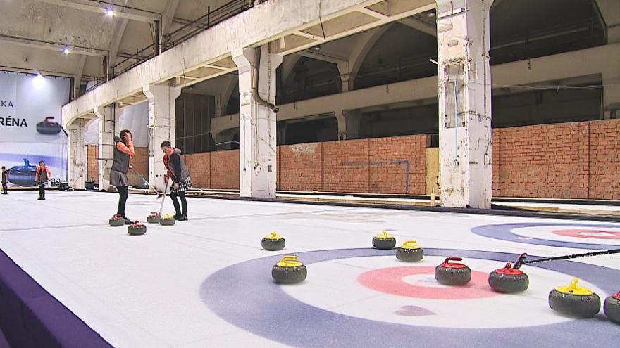 Video Ve Zbrojovce vznikly curlingové dráhy