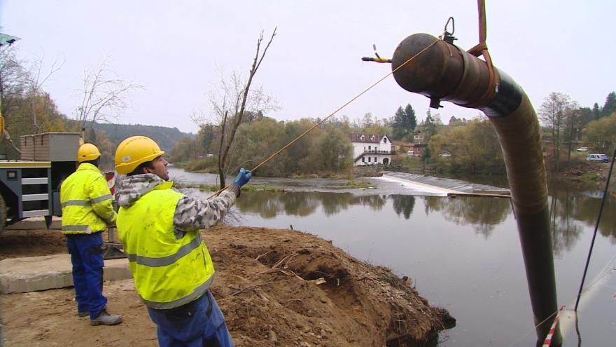 Video Pod dnem řeky Otavy. Nové místo kudy povede páteřní plynovod