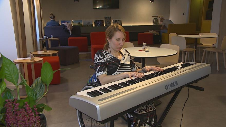 Video Handicapovaná klavíristka ovládá klavír pohybem hlavy