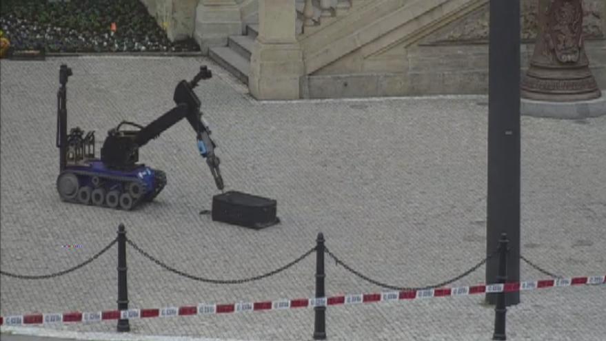 Video Nebezpečný kufr? Pyrotechnici zasahovali před Národním muzeem i za pomoci speciálního robota