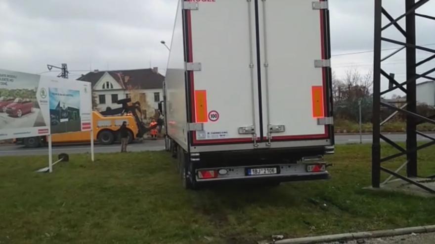 Video Nehoda kamionu v autobazaru