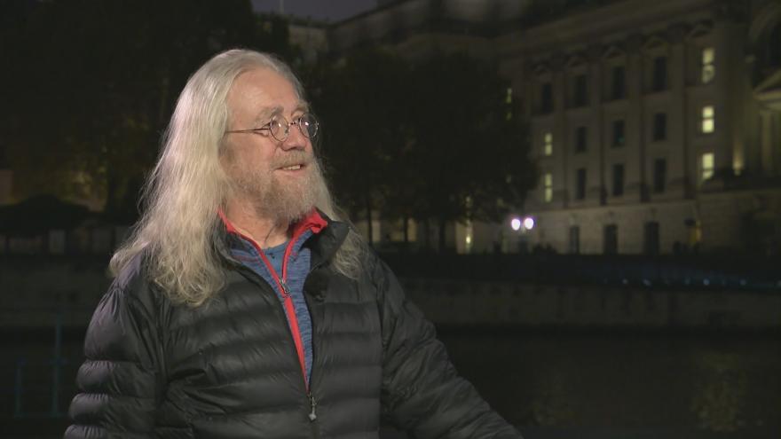 Video Události, komentáře: Hudebník Hutka se účastní oslav pádu zdi