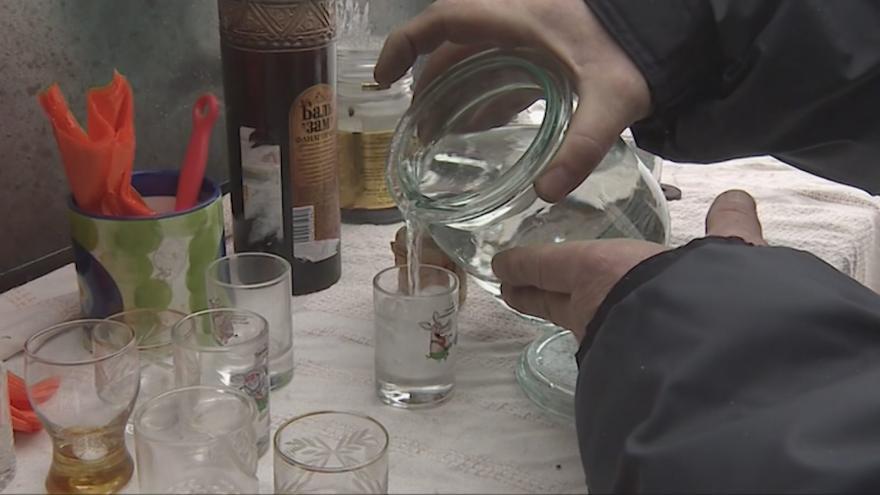 Video Události ČT: V Rusku přibývá případů otrav podomácku páleným alkoholem