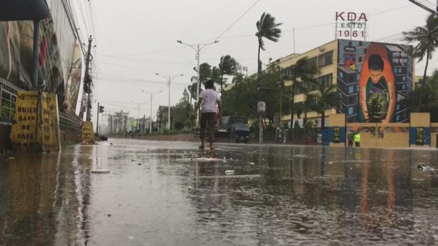Video Silný cyklón Bulbul si v Bangladéši a v Indii vyžádal osm mrtvých