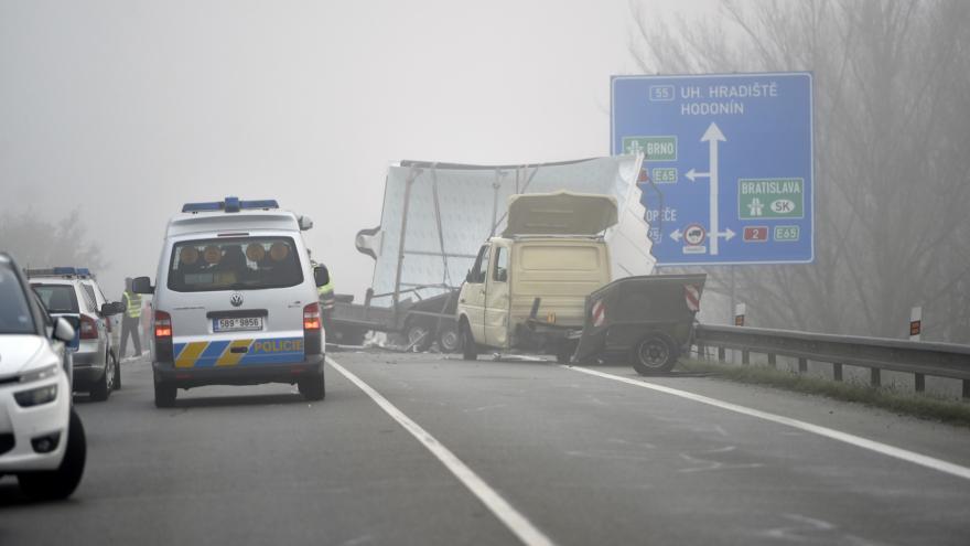 Video U Břeclavi se srazil autobus se dvěma auty