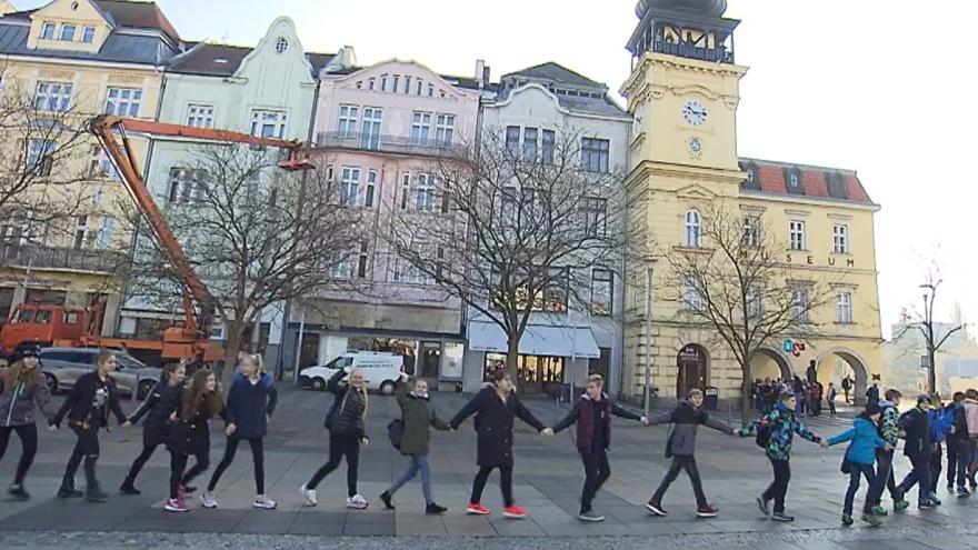 Video Studenti v Ostravě utvořili živý řetěz, připomínají si tak výročí revoluce
