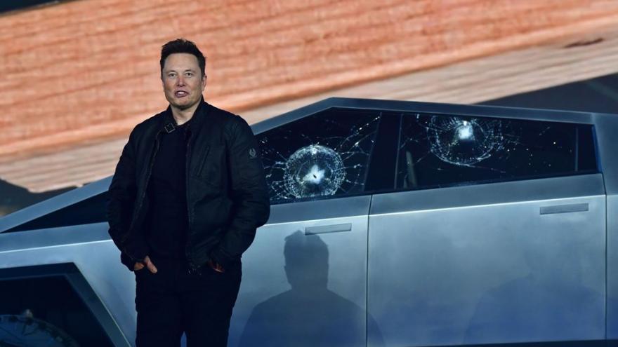 Video Faux pas Elona Muska v přímém přenosu. Pick-up Tesla má mít nerozbitná okna, při prezentaci ale praskla