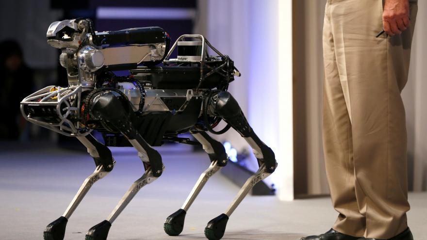 """Video Policie v americkém státě Massachusetts tajně využívá """"psí"""" roboty"""