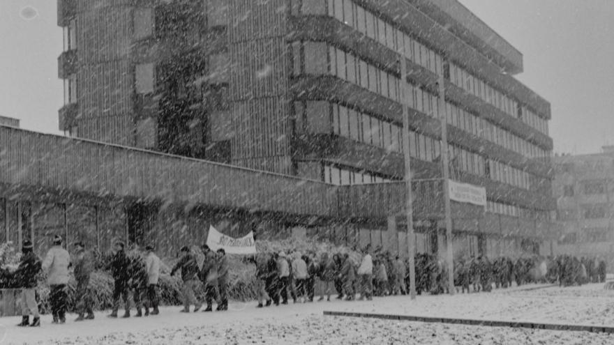 Video Před třiceti lety spojil lidský řetěz města Pardubice a Hradec Králové