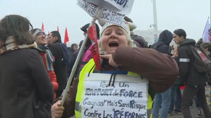 Video Francouzi na nohou. Stávkují po celé zemi a komplikují dopravu