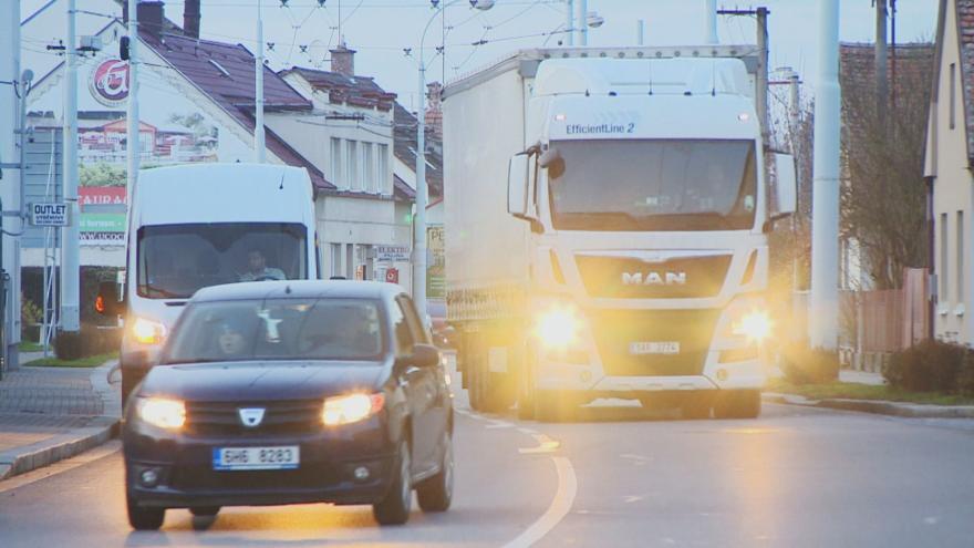Video Kamiony jezdí přes Lázně Bohdaneč