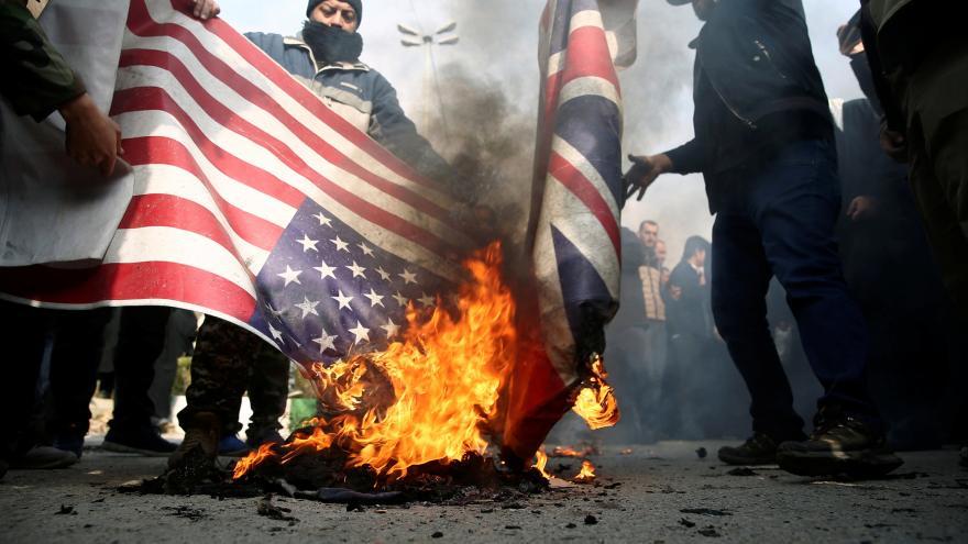 Video Po celém Íránu vyšli lidé do ulic. Odsuzují USA za zabití generála Solejmáního v Bagdádu