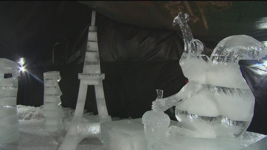 Video Eiffelova věž nebo obří drak. V Pustevnách začal festival ledových soch