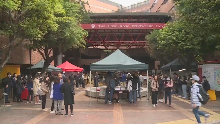 Video Kampus hongkongské univerzity se znovu otevírá. Stále jsou patrné známky střetů studentů a policie