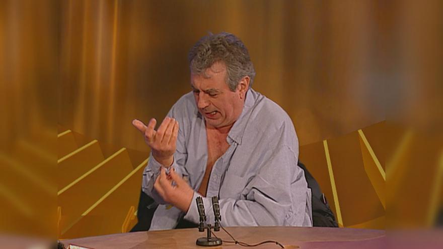 """Video Připomeňte si: Terry Jones a jeho legendární rozhovor v pořadu ČT """"21"""". Komik z Montyho Pythona se během něj ve studiu vysvlékl"""