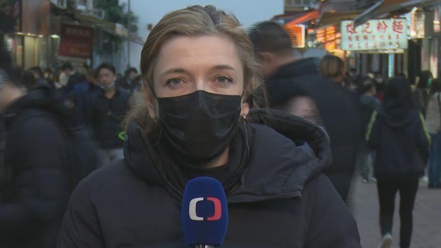 Video Zpravodajka ČT: Policie podle záběrů ze sociálních sítí zatlouká okna domů nakažených lidí