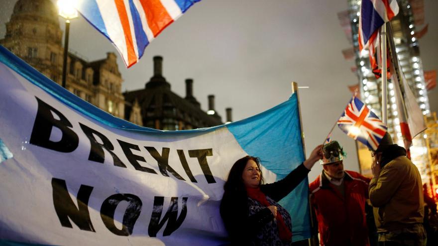 Video ŽIVĚ: Zastánci brexitu slaví v centru Londýna
