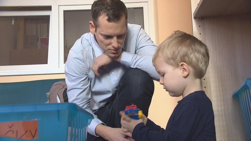 Video Události ČT: Otcovskou dovolenou za dva roky využilo v Česku na 90 tisic lidí