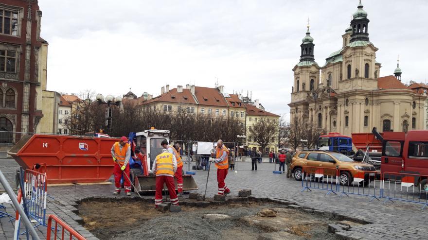 Video Na Staroměstském náměstí začala stavba repliky mariánského sloupu