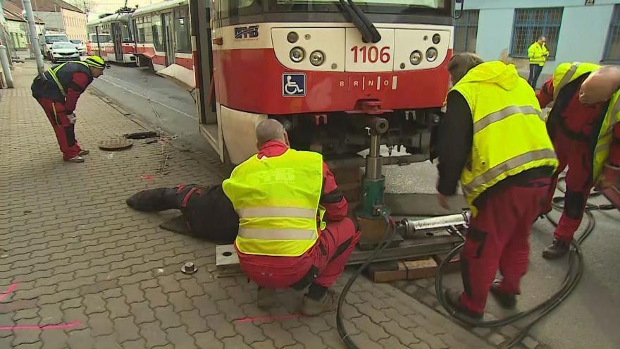 Video Pracovníci dopravního podniku odstraňují vykolejenou tramvaj