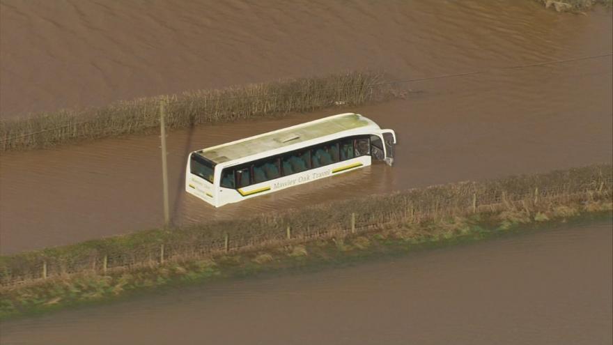 Video Anglii a Wales dál sužují záplavy vyvolané bouří Dennis. Úřady potvrdily první oběť