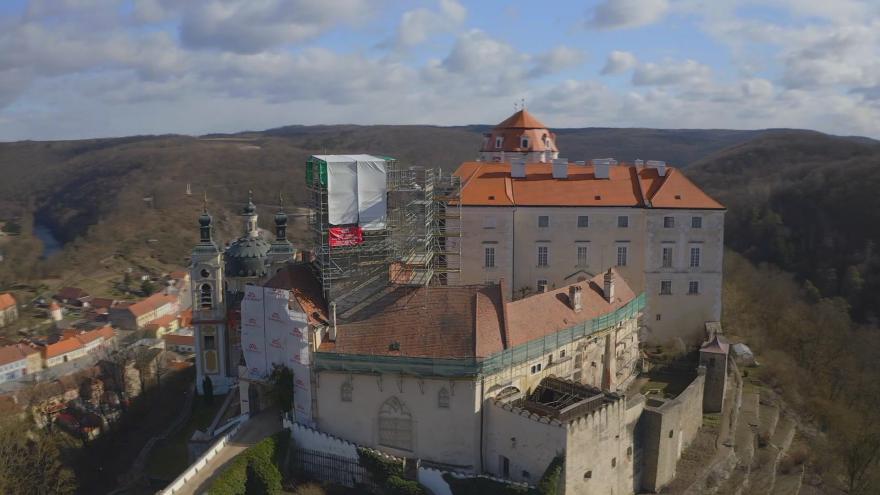 Video Zámek Vranov je v rekonstrukci. Opravy se dočká věž z 15. století