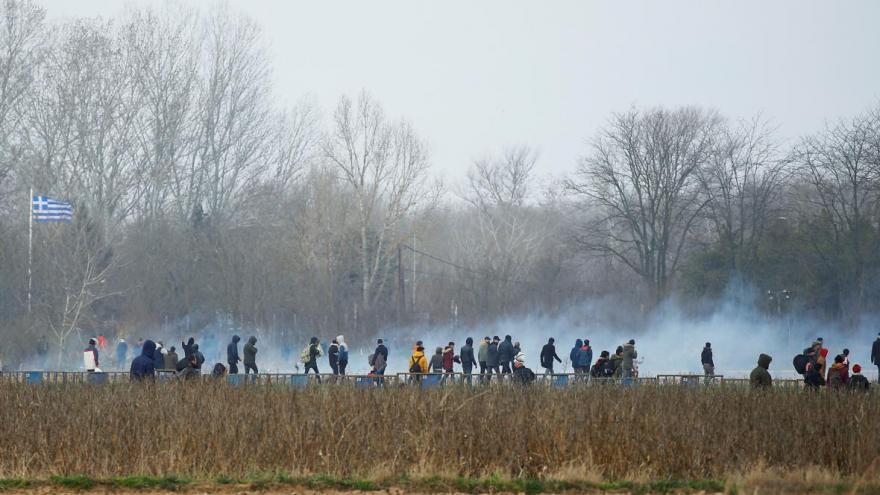 Video Davy běženců na turecko-řeckých hranicích. Policie už byla nucena použít slzný plyn