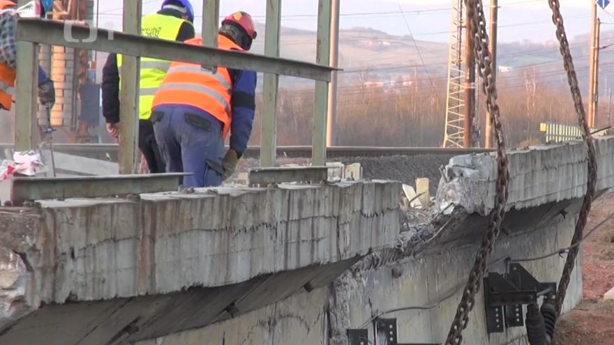 Video V Ledvicích strhávali most