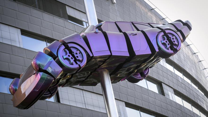 Video Umělec David Černý přišpendlil v Praze svíjející se auto. Dílo se jmenuje Brouk