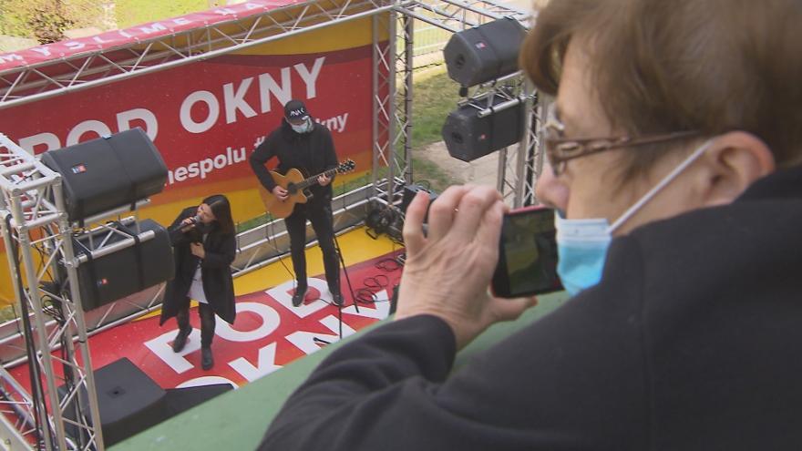 Video Koncerty přímo na ulici. Známí hudebníci zpívají seniorům