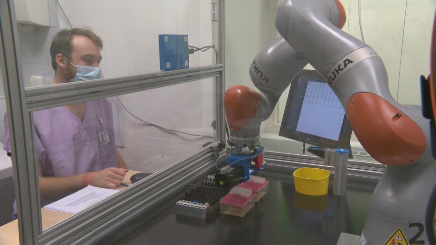 Video Robot pomáhá s tříděním vzorků. Vyrobili ho speciálně pro nemocnici vědci v ČVUT