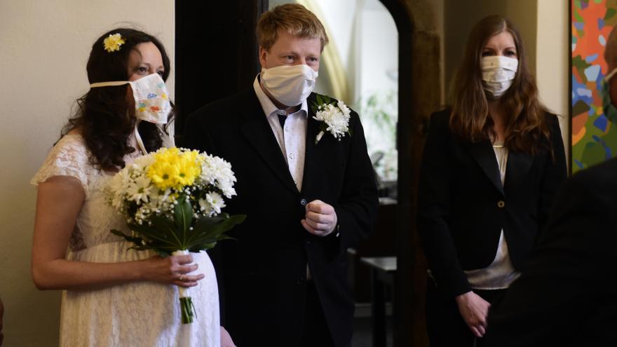 Video Svatby v době koronaviru. Mohou se konat pouze v malém počtu a s rouškami