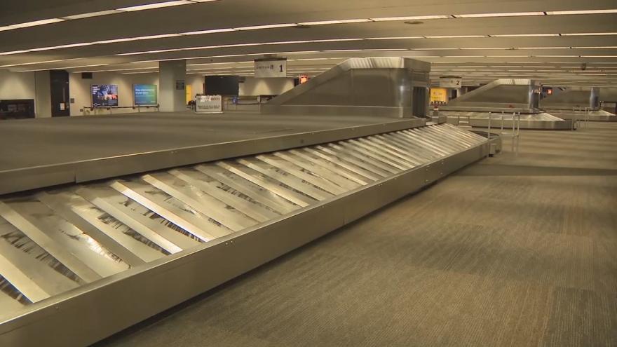Video Prázdné haly a terminály. Mezinárodní letiště v San Franciscu vypadá jako město duchů