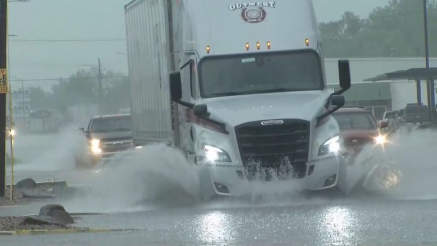 Video Silné bouře a záplavy. V USA očekávají i tornáda