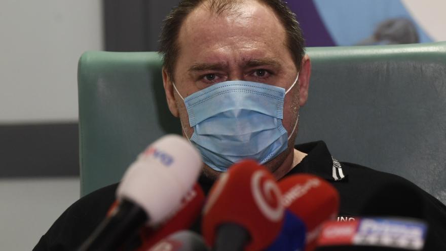Video První pacient léčený remdesivirem propuštěn