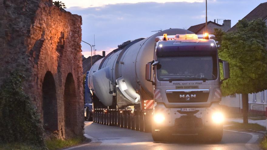 Video Více než stotunový náklad míří z Bratislavy do Temelína. Tzv. separátor má zajistit vyšší výkon