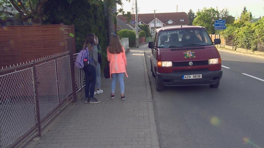Video Hasičské auto školním autobusem. Starosta Hvozdné rozvážel děti do školy