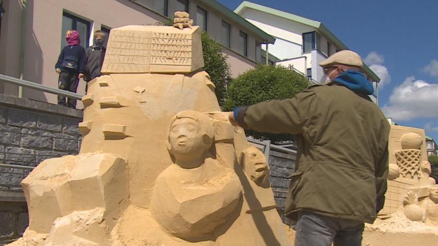Video Písek plný soch z písku. Slavnostní vernisáž ale musela radnice zrušit