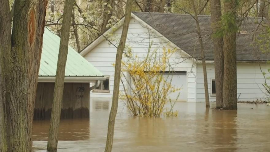 Video V Michiganu selhaly přehrady. Zaplavené jsou stovky domů