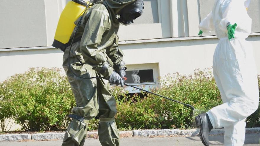 Video V nemocnici s nakaženým personálem pomáhali vojáci