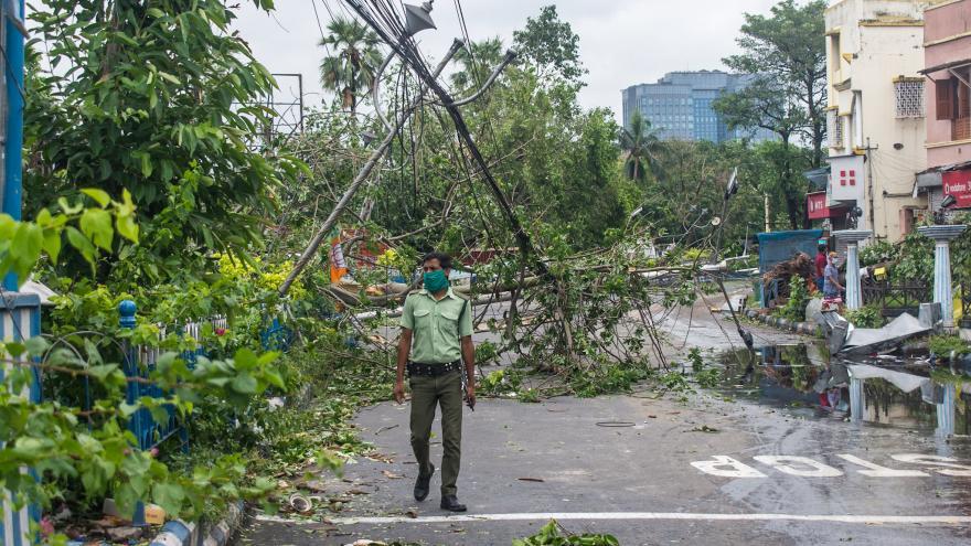 Video Nad Asií běsní cyklon. Porušovaní zákazu vycházení je často nezbytné