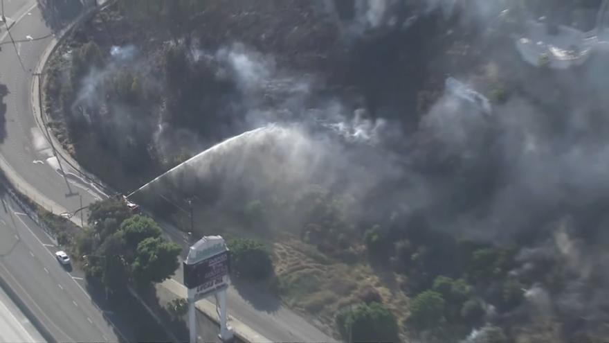 Video Po velké vlně veder vypuklo v Kalifornii několik požárů. Plameny pohlcují stromy blízko domů