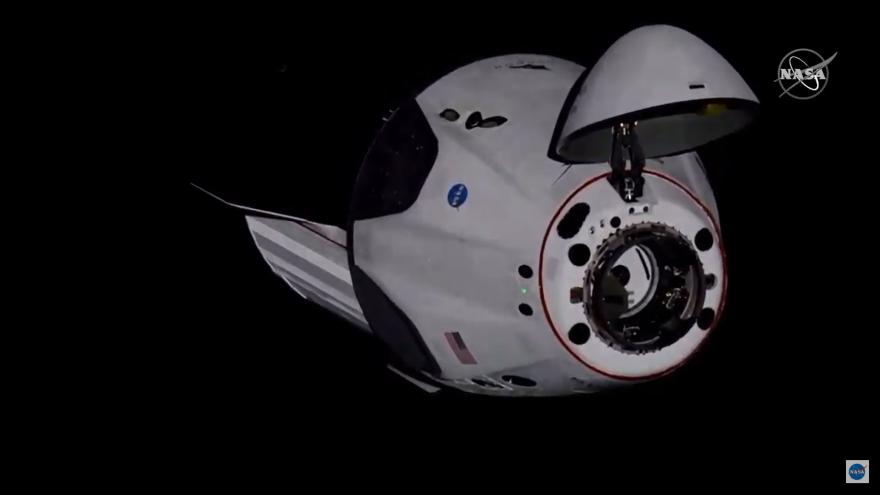 Video ŽIVĚ: Dokování Crew Dragon k ISS