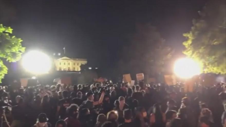 Video Bílý dům v obležení. Policie rozháněla demonstranty gumovými projektily a slzným plynem