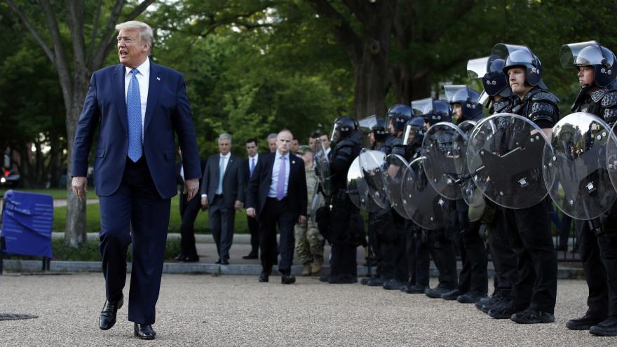 Video Policie rozehnala demonstranty před Bílým domem. Donald Trump povolává na pomoc armádu