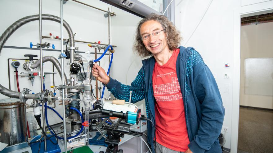 Video Události, komentáře: Čeští vědci pomohli zmapovat, jak vzniká kov