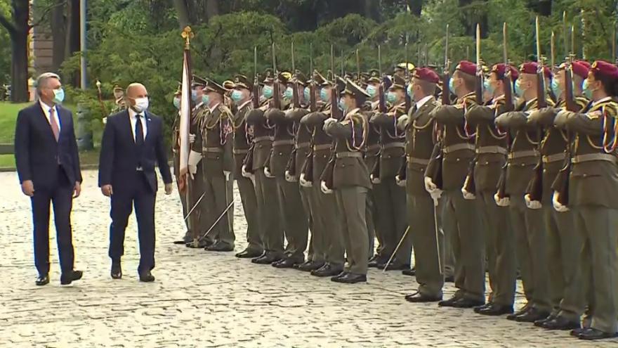 Video Příjezd slovenského ministra obrany Jaroslava Nadě
