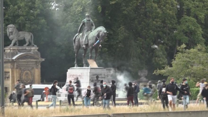 Video Města předbíhají demonstranty. V Belgii sami odstraní sochy krále kolonizátora