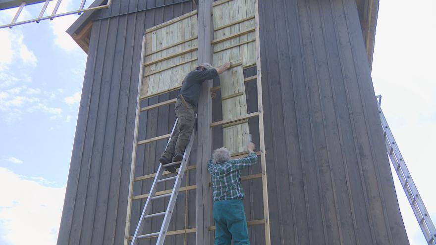 Video Učni zachránili větrný mlýn. Jde o repliku z 19. století